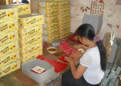 Arbeiterin in China produziert Böller